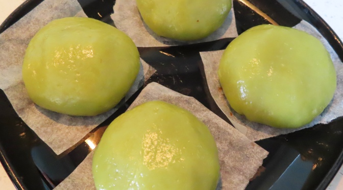 青团 Qing Tuan (Sweet Green Rice Ball)